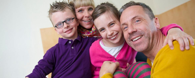 Familie im Jugendherbergszimmer