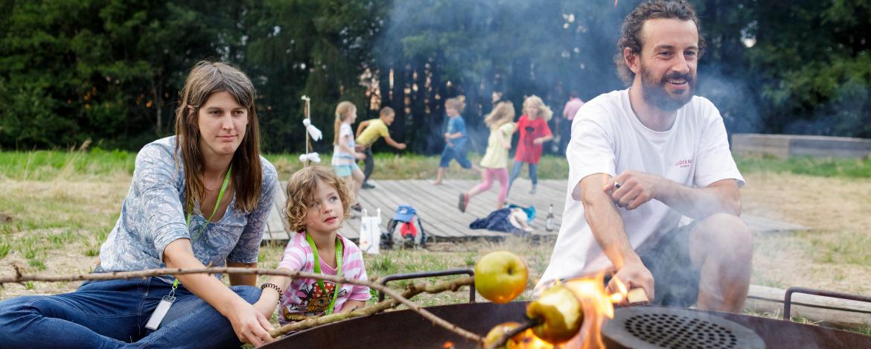 Bratapfel über dem Lagerfeuer