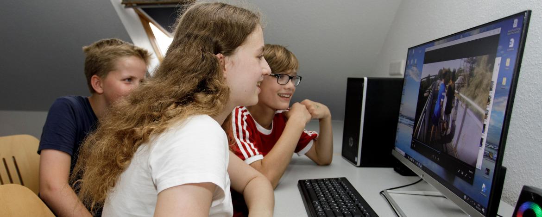 Bearbeitung der Aufnahmen an einem Computer.