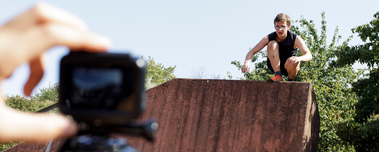 Ein Junge wird beim Parcours gefilmt