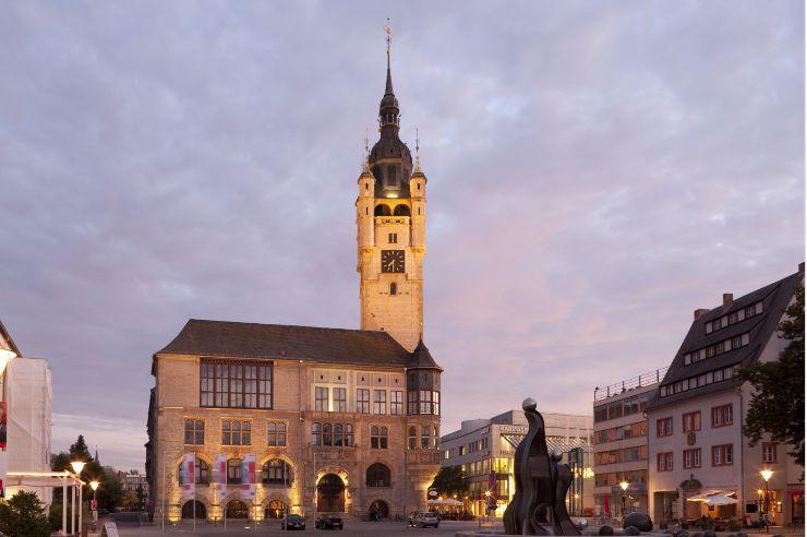 Markt Dessau-Roßlau mit Rathaus und Brunnen