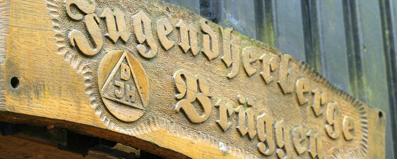Geschnitztes Eingangsschild der Jugendherberge Brüggen