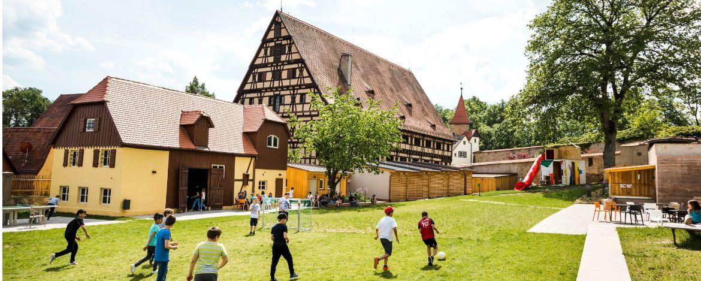 Großes Außengelände zum Spielen in der Jugendherberge Dinkelsbühl