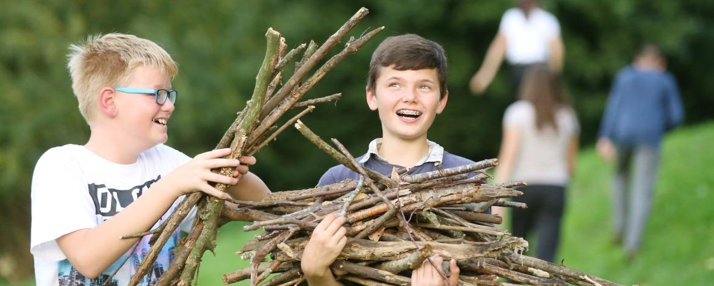 Holzsammeln auf Klassenfahrt