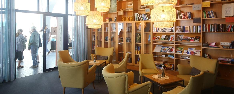 Lesezimmer mit Bar der Jugendherberge.