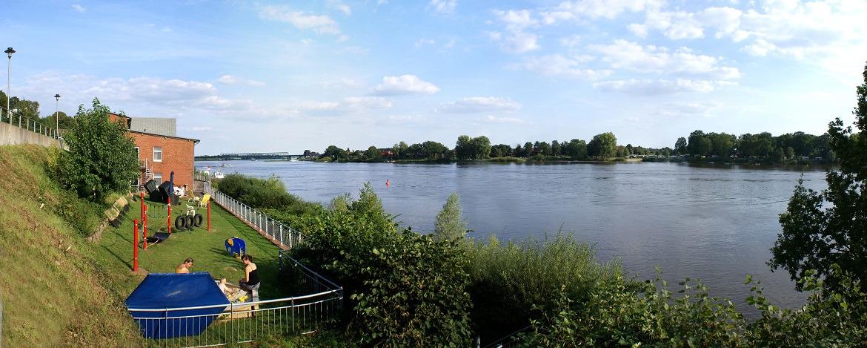 Elbe und Garten mit Sandkiste