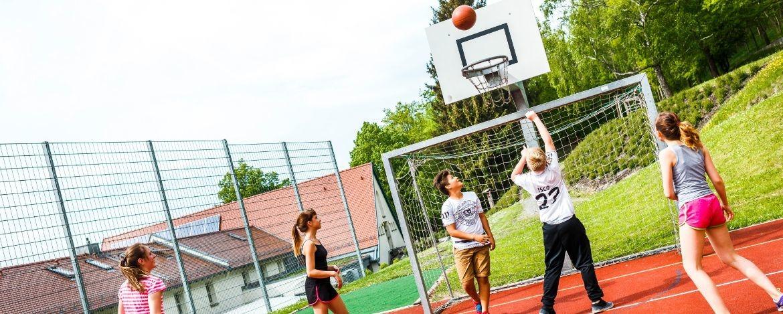 Der multifunktionale Allwetterplatz auf dem Aussengelände der Jugendherberge