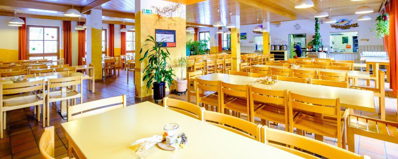 Speisesaal in der Jugendherberge Falkenberg-Tannenlohe