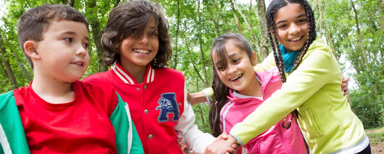 Kinder beim Geländespiel im Wald