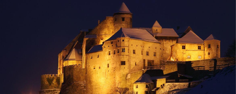Die weltweit größte Burganlage bei Nacht angeleuchtet