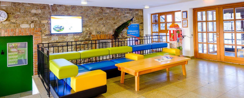 Farbenfrohe Lobby in der Jugendherberge Waldhäuser