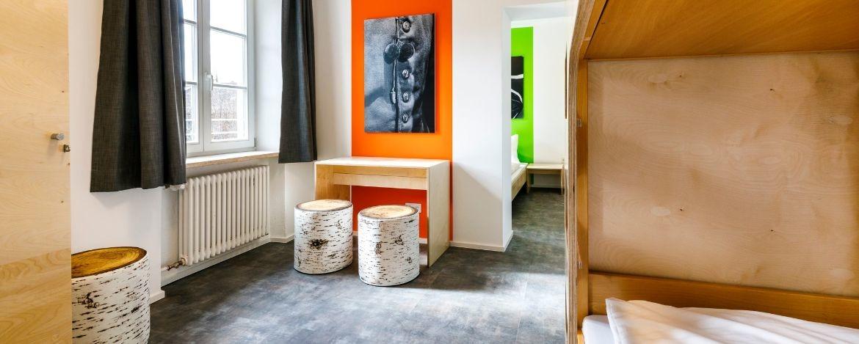 Modernes neues Zimmer in der Jugendherberge