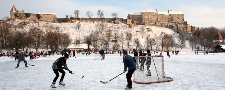 Eishockey spielen auf dem zugefrorenen Wöhrsee