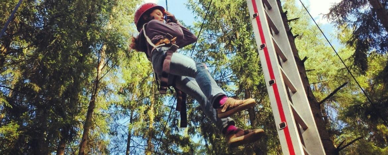 Erlebnispädagogisches Teamtraining mit Leitersprung