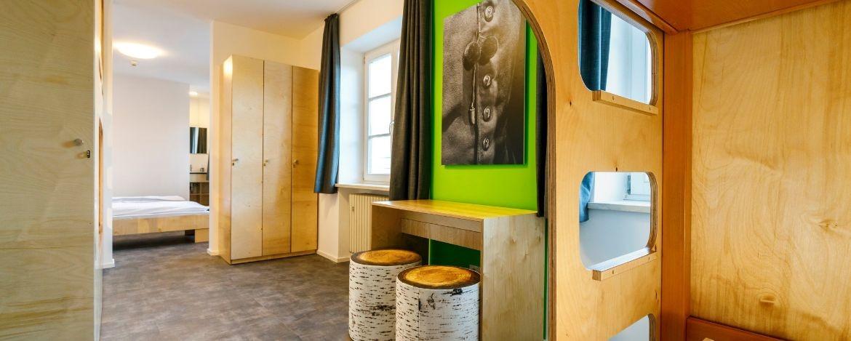 Modernes neues Mehrbettzimmer in der Jugendherberge Burghausen