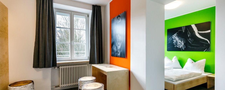 Modern gestaltete Mehrbettzimmer in der Jugendherberge Burghausen