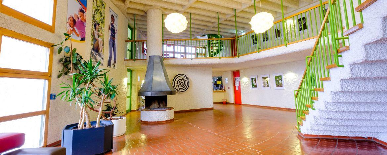 Lobby mit Kamin und Sitzecke in der Jugendherberge Pottenstein