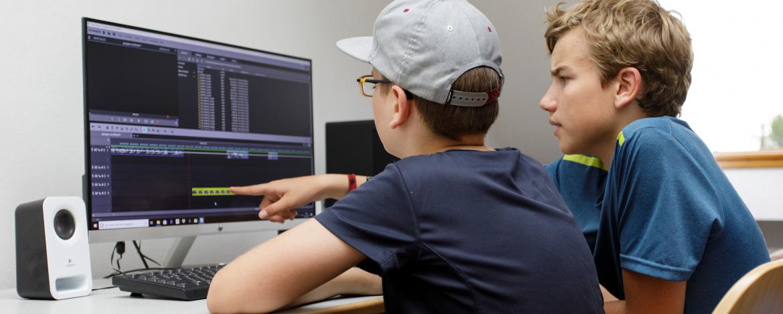 Jugendliche bei der Arbeit am Computer.