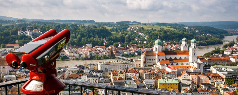 Zusammenfluss von Donau, Inn und Ilz und im Hinterland das Waldmeer des Bayerischen Waldes