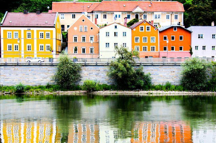 Farbenfrohe Wohnhäuser an der Donau