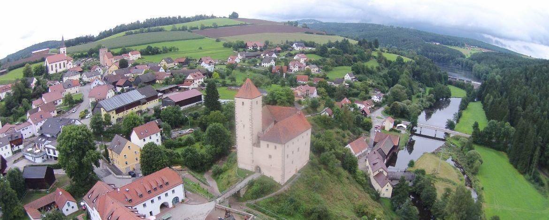 Die Burg Trausnitz ist umgeben von zauberhafter Landschaft