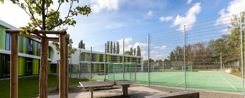 Multifunktionssportfeld zum Volleyball-, Fußball- und Basketballspielen