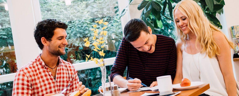 Gemeinsam frühstücken in der Jugendherberge Augsburg