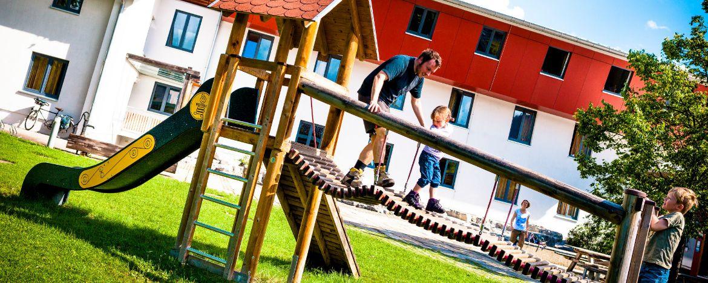 Spiel & Spaß auf dem großzügigen Außengelände der Jugendherberge Garmisch