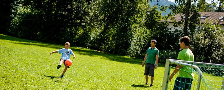 Fußballspielen auf dem großzügigen Gelände der Jugendherberge