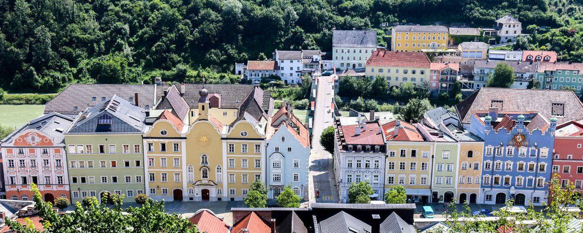 Die wunderschöne farbenfrohe Altstadt von Burghausen