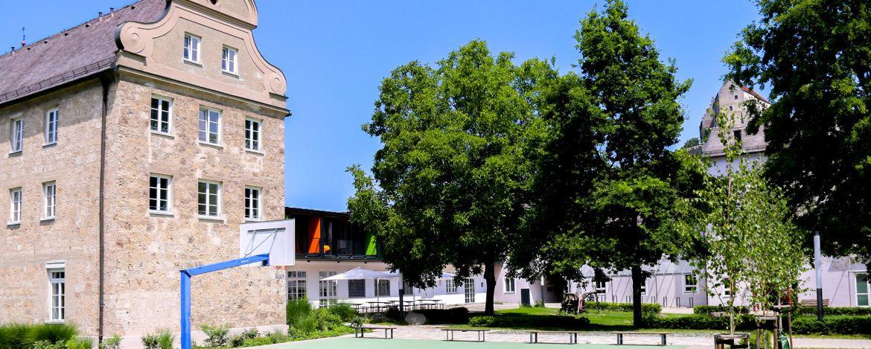 Das großzügige Aussengelände der Jugendherberge Burghausen