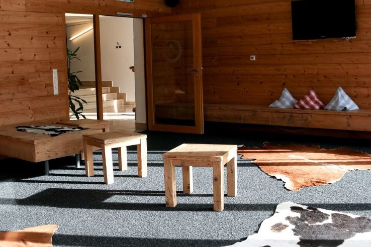 Alpenländischer Loungebereich in der Jugendherberge