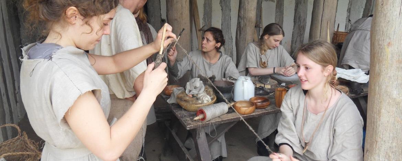 Steinzeit-Klassenfahrt Fäden spinnen