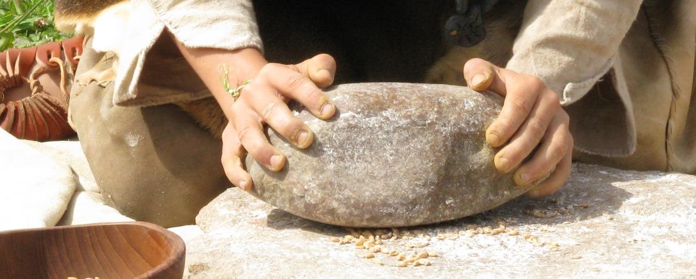 Steinzeit-Klassenfahrt Getreide mahlen
