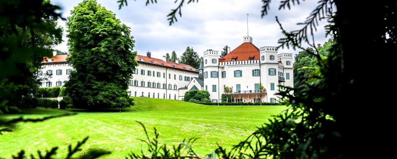 """Die Jugendherberge liegt in unmittelbarer Nähe zum """"Sisi Schloss Possenhofen"""" (heute Eigentumswohnungen)"""