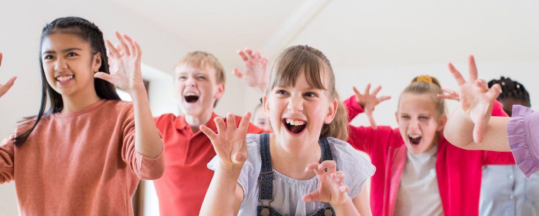 Kinder spielen Theater in der Jugendherberge