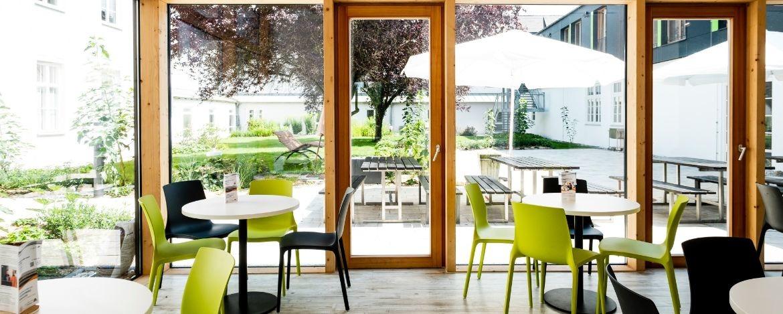 Bistrobereich mit Blick auf den wunderschönen begrünten Innenhof - einfach entspannend