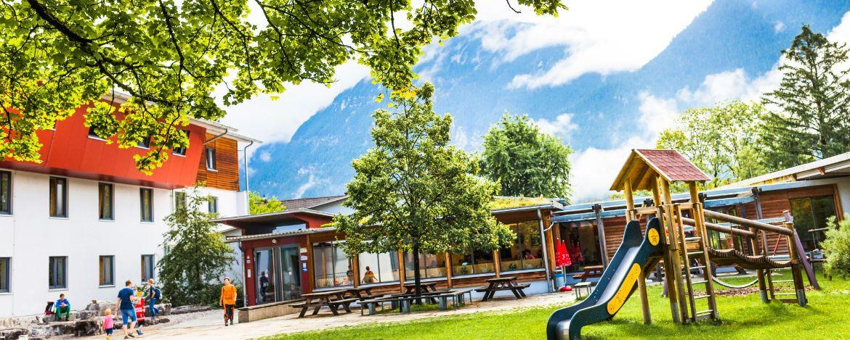 Aussengelände mit Spielgeräten vor der Jugendherberge Garmisch-Partenkirchen
