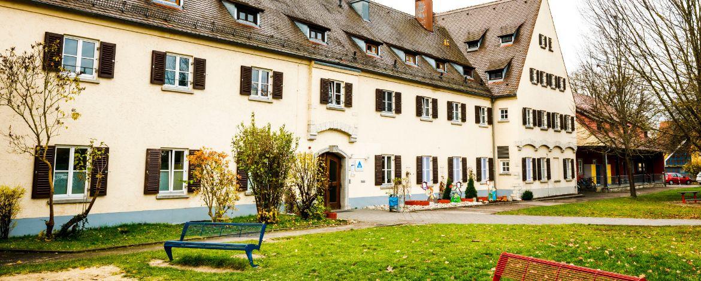 Aussenansicht der Jugendherberge Regensburg mit großen Außengelände
