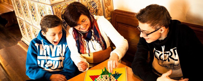 Ein lustiger Spieleabend mit der ganzen Familie in der Jugendherberge Kreuth