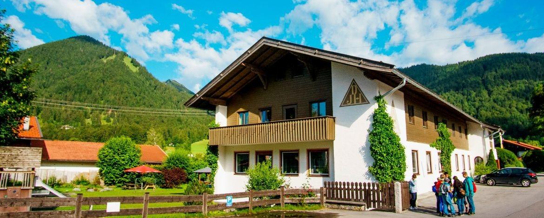 Die Jugendherberge ist idyllisch und ruhig gelegen im Ortsteil Scharling