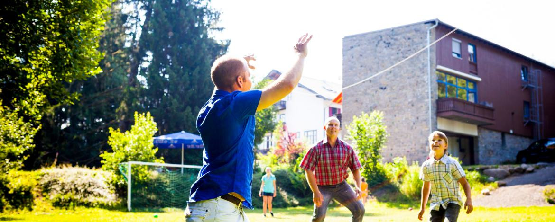 Großes Außengelände für Spiel und Spaß an der Jugendherberge