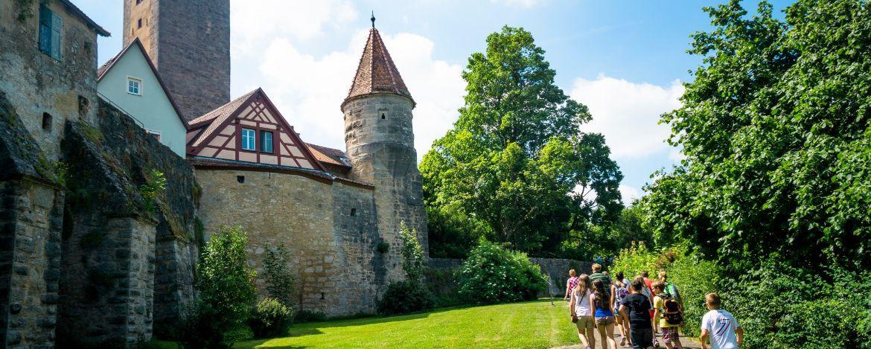 Grüne Wiesen und historische Gebäude für den perfekten Familienurlaub