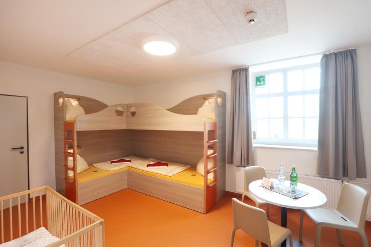 Neues Familienzimmer mit Babybett in der Jugendherberge Büsum