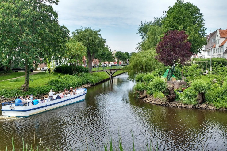 Grachten durchziehen das holländisch anmutende Städtchen Friedrichstadt