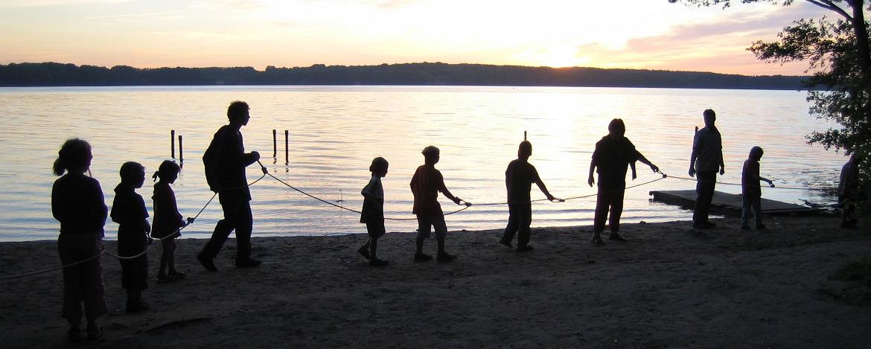 Teamspiele am Wasser
