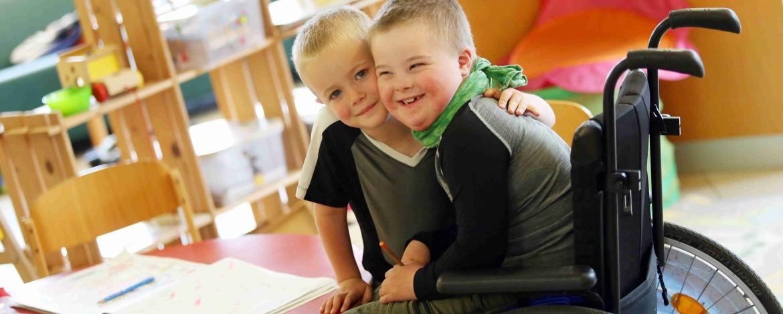 Brüder in der Jugendherberge Niebüll - mit und ohne Rollstuhl