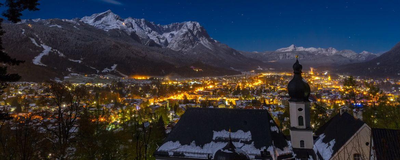 Garmisch-Partenkirchen bei Nacht im Winter
