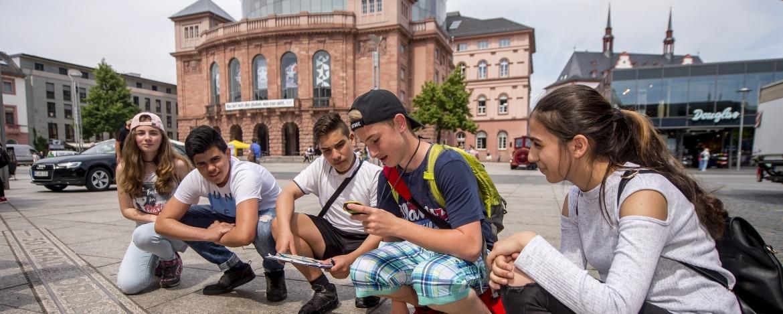 Jugendliche vor dem Staatstheater Mainz