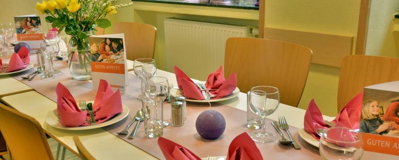 Festlich gedeckter Tisch in der Jugendherberge Altenahr